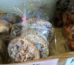ガレットアマンド (クッキー生地の上にアーモンドクリーム  アーモンド、チョコがのってます)